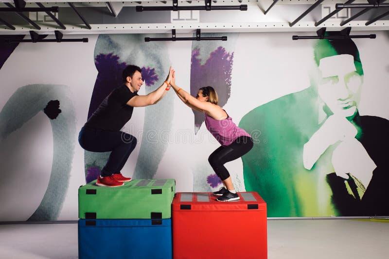 Mężczyzna i kobiety szkolenie zdjęcia stock