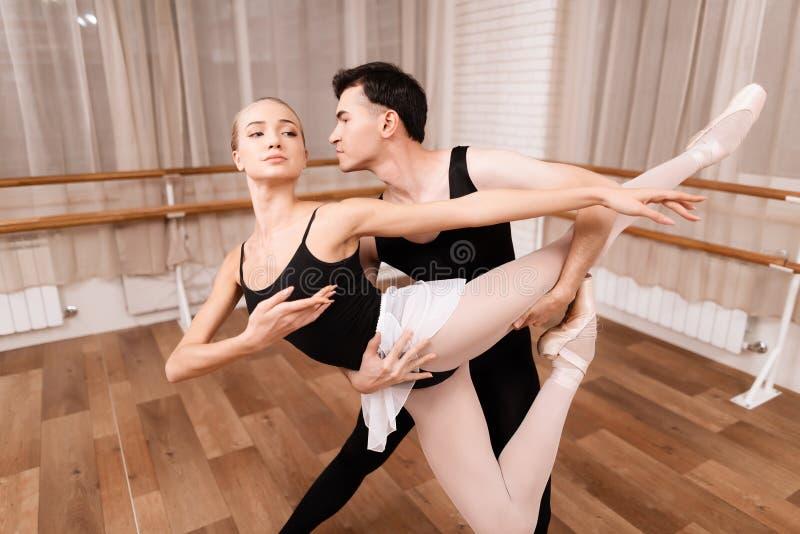 Mężczyzna i kobiety tancerze pozuje w balet klasie zdjęcie stock