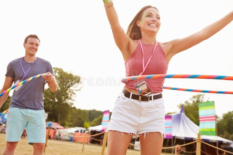 Mężczyzna i kobiety taniec z hula obręczami przy festiwalem muzyki zdjęcia stock