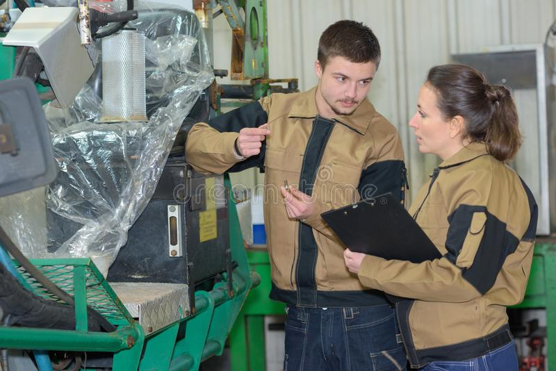 Mężczyzna i kobiety technicy pracuje w fabryce obrazy royalty free