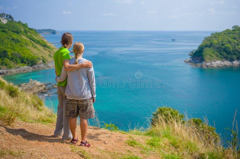 Mężczyzna i kobiety uściski na tropikalnej wyspy falezie fotografia stock
