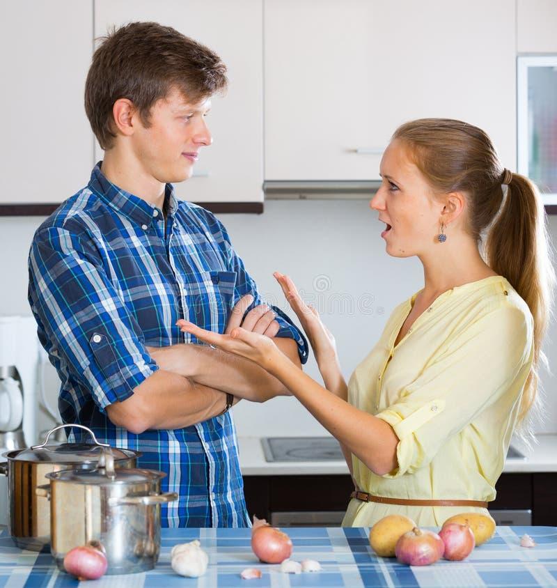 Mężczyzna i sfrustowana gospodyni domowa ma złego argument zdjęcie stock