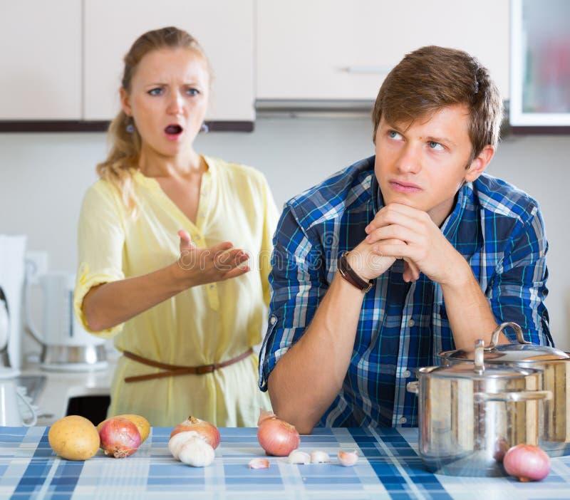 Mężczyzna i sfrustowana gospodyni domowa ma złego argument obraz royalty free