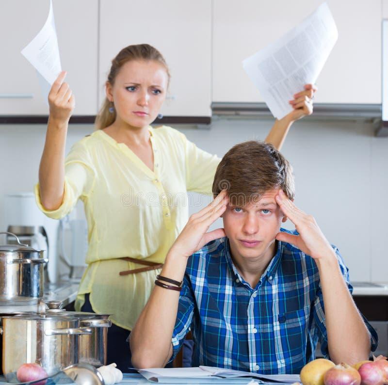 Mężczyzna i sfrustowana gospodyni domowa ma złego argument obrazy royalty free