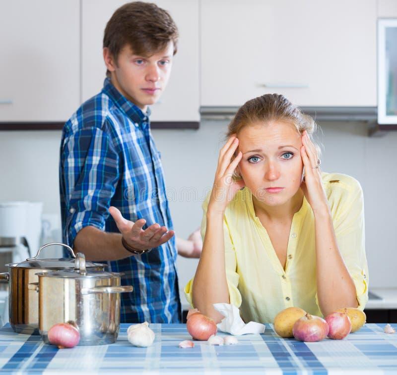 Mężczyzna i sfrustowana gospodyni domowa ma złego argument obraz stock