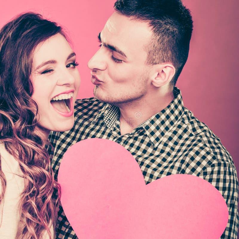 Mężczyzna i szczęśliwa mruganie kobieta pocałunek miłości człowieka koncepcja kobieta obraz royalty free
