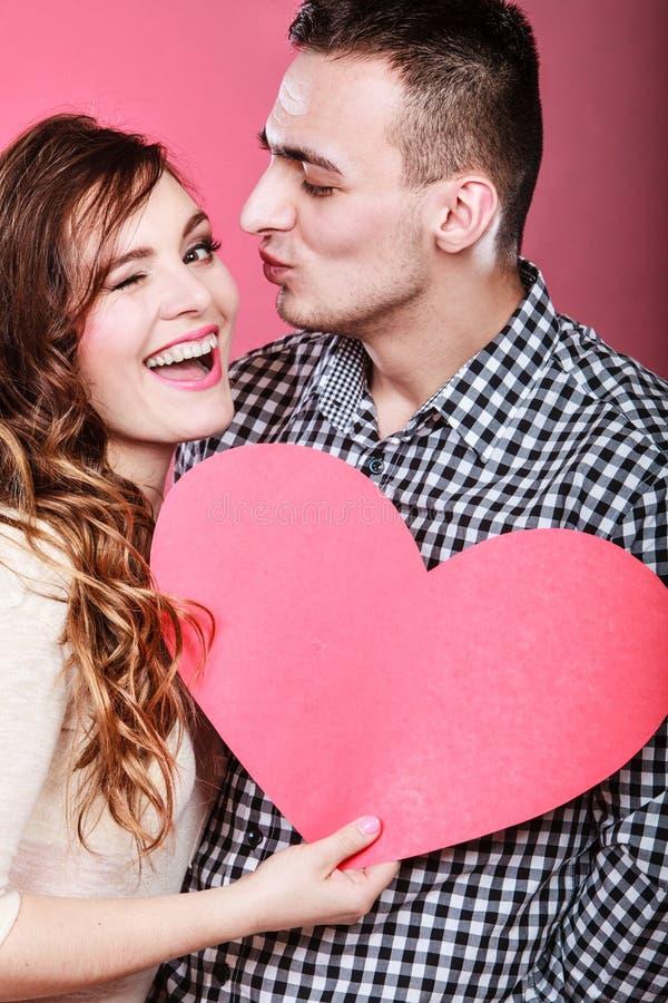 Mężczyzna i szczęśliwa mruganie kobieta pocałunek miłości człowieka koncepcja kobieta zdjęcie stock