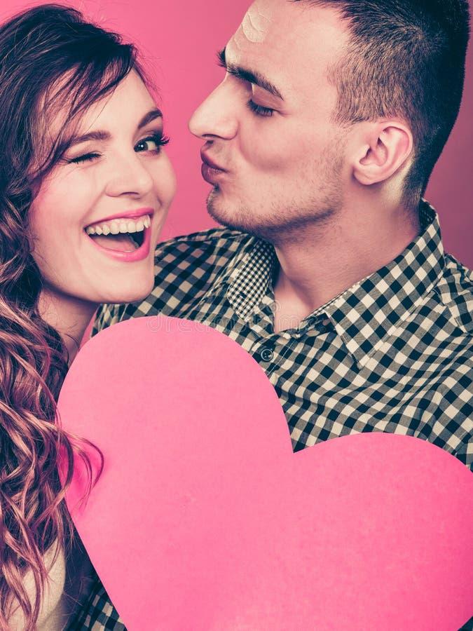 Mężczyzna i szczęśliwa mruganie kobieta pocałunek miłości człowieka koncepcja kobieta obraz stock