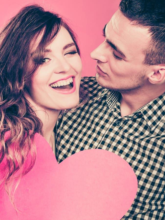Mężczyzna i szczęśliwa mruganie kobieta pocałunek miłości człowieka koncepcja kobieta zdjęcia royalty free