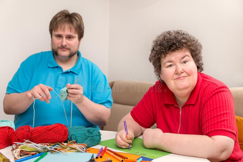 Mężczyzna i umysłowo - niepełnosprawna kobieta jest druciarzem fotografia stock