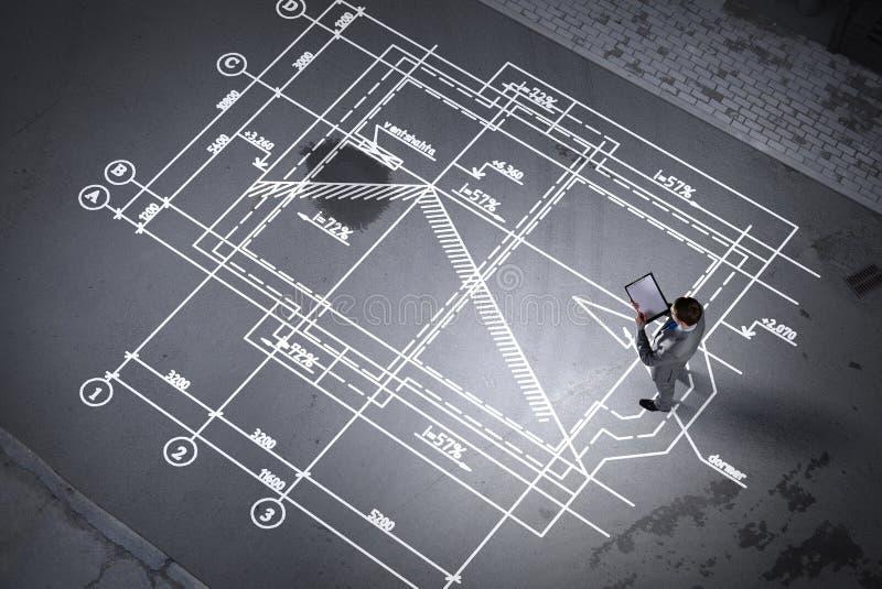 Mężczyzna inżynier myśleć nad jego planem Mieszani środki obraz stock