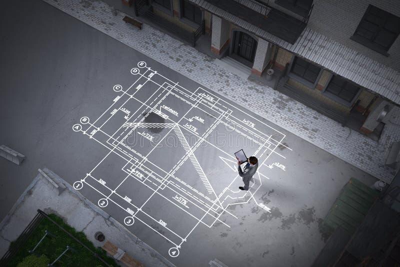 Mężczyzna inżynier myśleć nad jego planem Mieszani środki zdjęcie royalty free