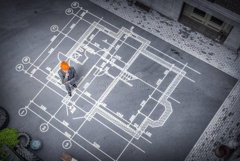 Mężczyzna inżynier myśleć nad jego planem Mieszani środki obrazy stock