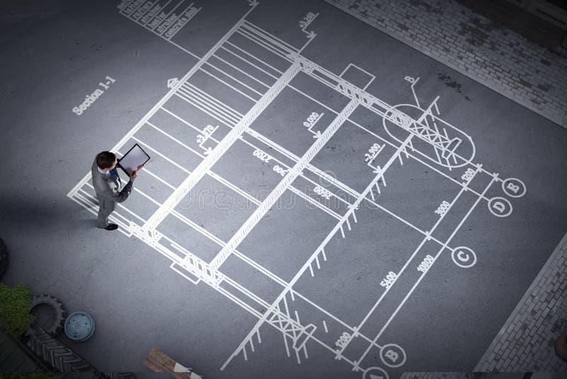 Mężczyzna inżynier myśleć nad jego planem Mieszani środki fotografia stock