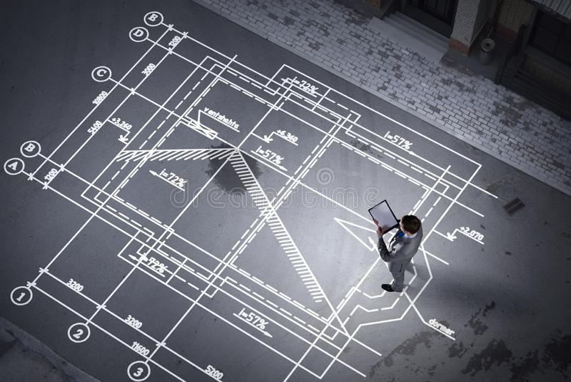 Mężczyzna inżynier myśleć nad jego planem Mieszani środki zdjęcia stock