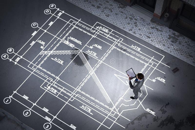 Mężczyzna inżynier myśleć nad jego planem Mieszani środki obraz royalty free