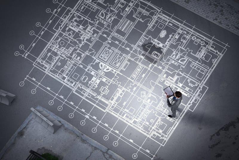 Mężczyzna inżynier myśleć nad jego planem Mieszani środki fotografia royalty free