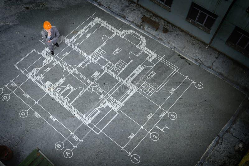 Mężczyzna inżynier myśleć nad jego planem Mieszani środki zdjęcia royalty free