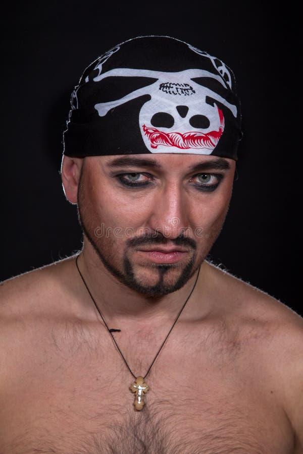 Mężczyzna jak pirat na czarnym tle zdjęcie stock