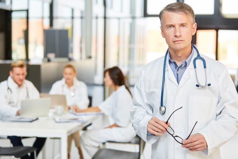 Mężczyzna jako Starszy lekarz z władzą i kompetencją zdjęcie stock