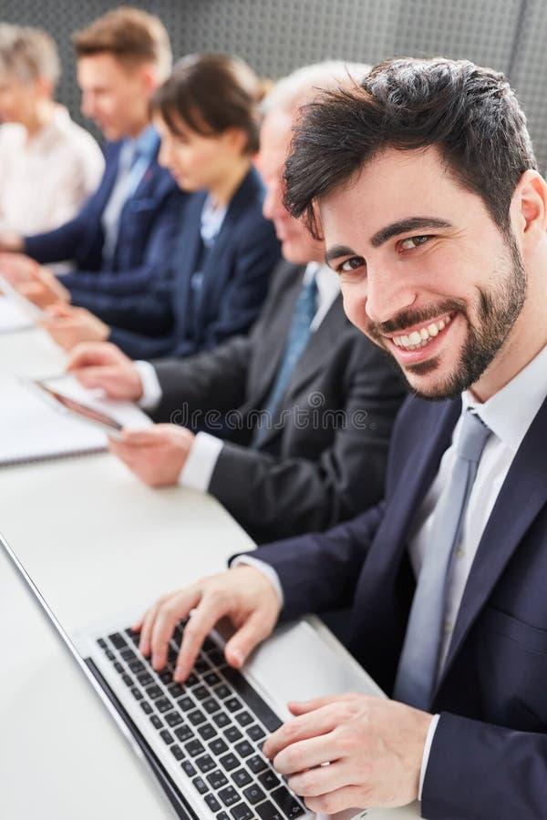 Mężczyzna jako uruchomienie założyciel z drużyną zdjęcie stock