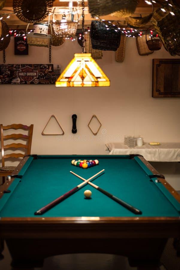 Mężczyzna jamy basenu stół zdjęcie royalty free
