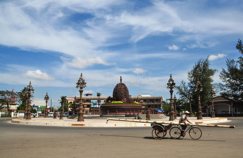 Mężczyzna jeździecki trójkołowiec na ulicie w Kep miasteczku, Kambodża zdjęcia stock