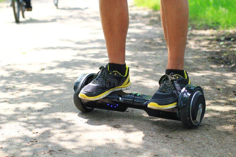 Mężczyzna jedzie elektryczną hulajnoga outdoors - unosi się deskę, mądrze balansowy koło, gyro hulajnoga, hyroscooter, osobisty E fotografia stock