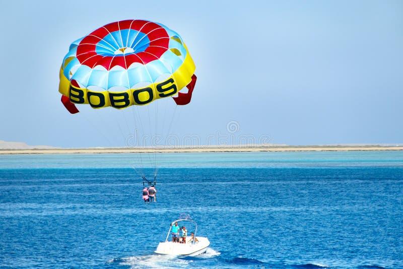Mężczyzna jest łasy parasailing nad Czerwonym morzem tropikalny Egypt kurort obrazy stock