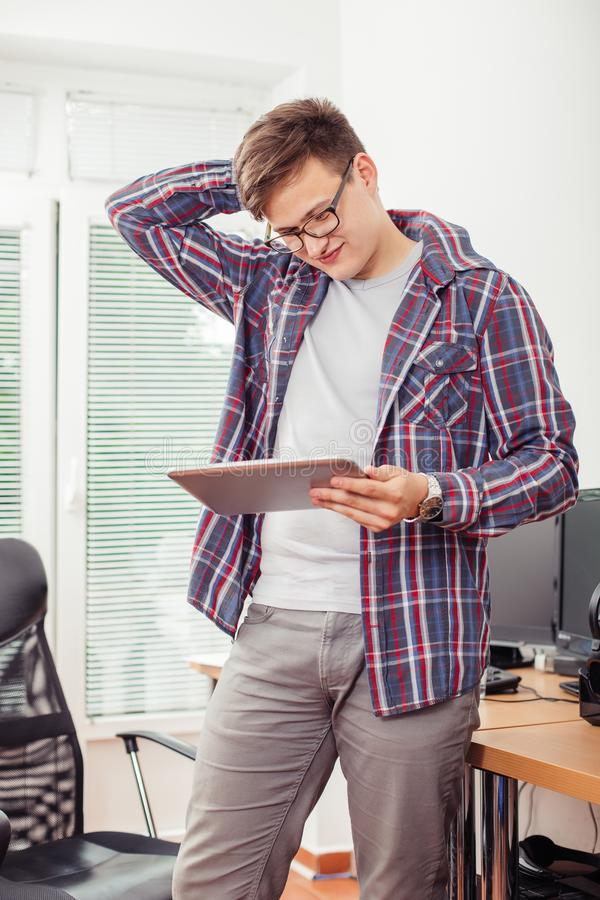 Mężczyzna jest czytelniczym emailem na cyfrowej pastylce zdjęcia royalty free