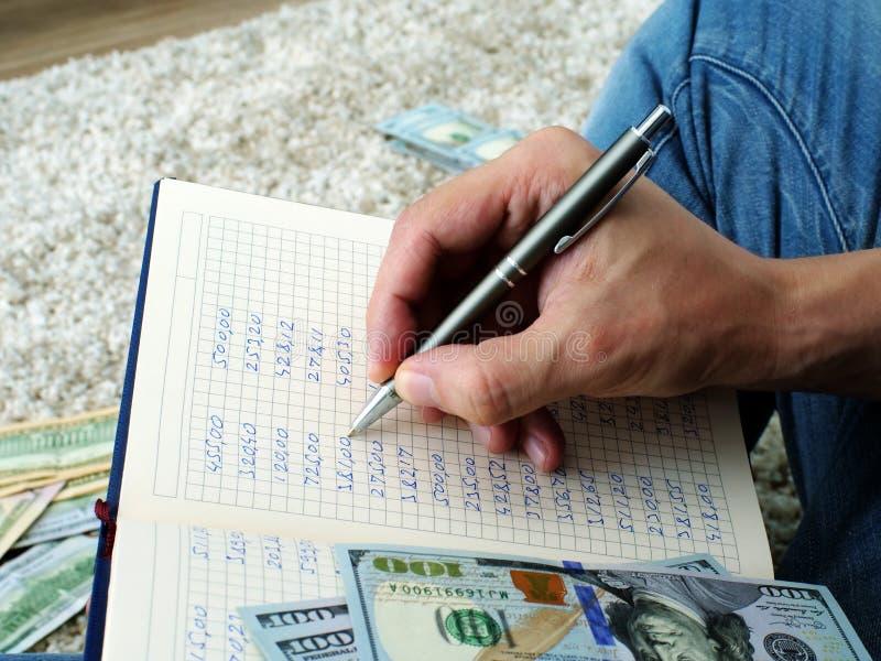Mężczyzna jest kalkulatorskim miesięcznika domu budżetem obraz stock