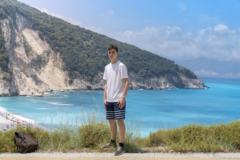 Mężczyzna jest na jego sposobie plaża obraz stock