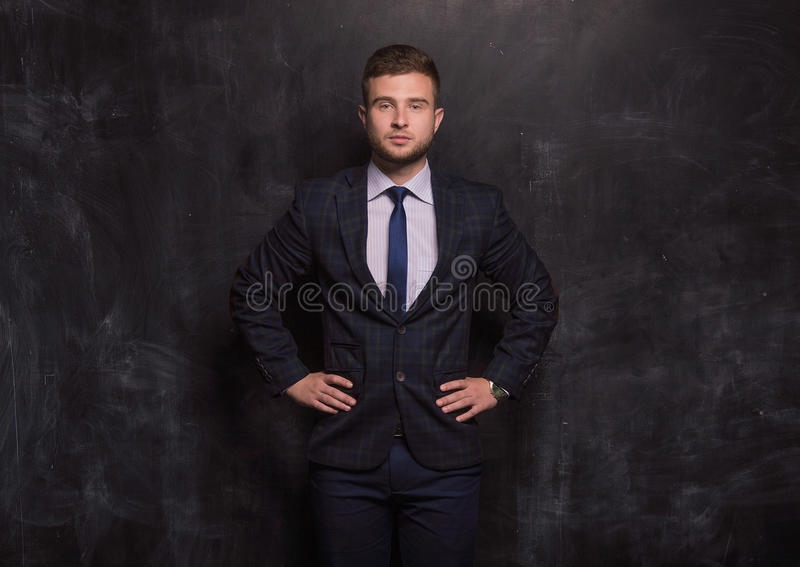 Mężczyzna jest na tle kredowe deski obraz stock