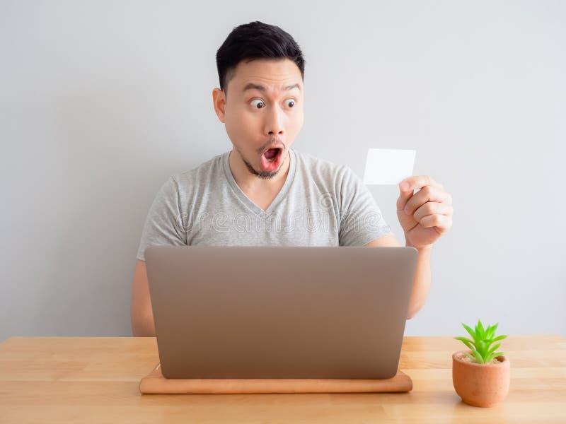 Mężczyzna jest szczęśliwy używać kartę kredytową dla cyfrowej zapłaty obrazy royalty free