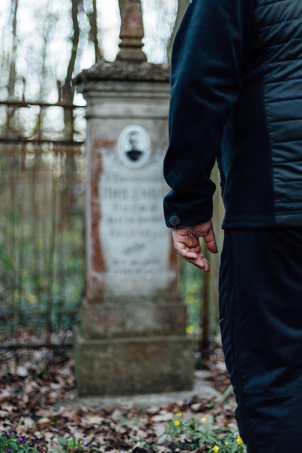 Mężczyzna jest trwanie pobliskim grobowem jego antenat fotografia royalty free