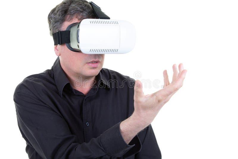 Mężczyzna jest ubranym bawić się przyszłościowych technologii VR szkła obraz royalty free