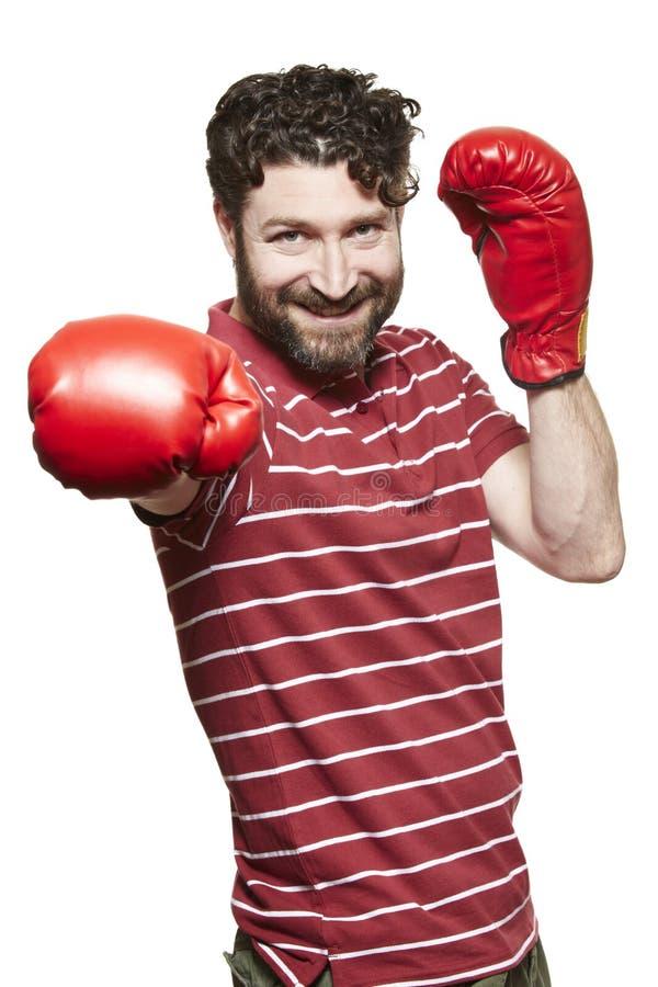 Mężczyzna jest ubranym bokserskich rękawiczek ono uśmiecha się obraz stock