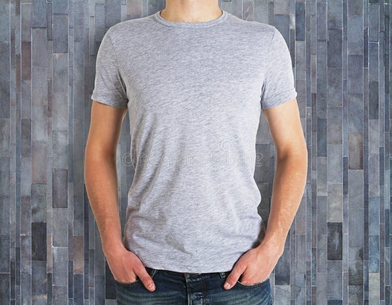 Mężczyzna jest ubranym czystą koszula na drewnianym tle fotografia royalty free