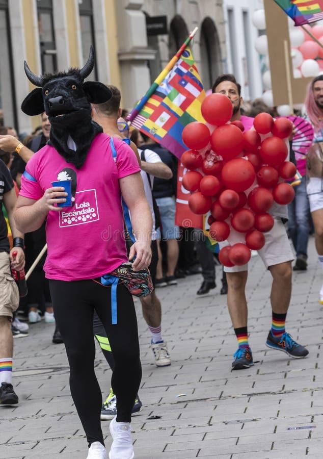 2019: Mężczyzna jest ubranym dużą czarną byk głowę uczęszcza Gay Pride paradę także znać jako Christopher ulicy dzień fotografia royalty free