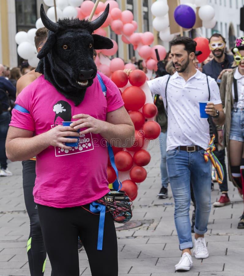 2019: Mężczyzna jest ubranym dużą czarną byk głowę uczęszcza Gay Pride paradę także znać jako Christopher ulicy dzień zdjęcie stock