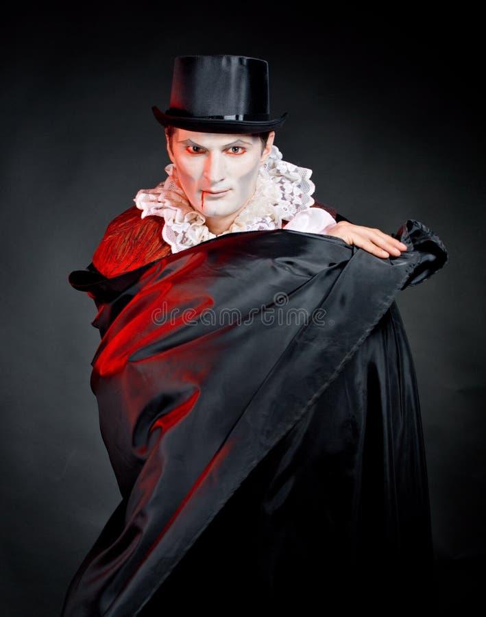 Mężczyzna jest ubranym jako wampir dla   Halloween zdjęcie royalty free