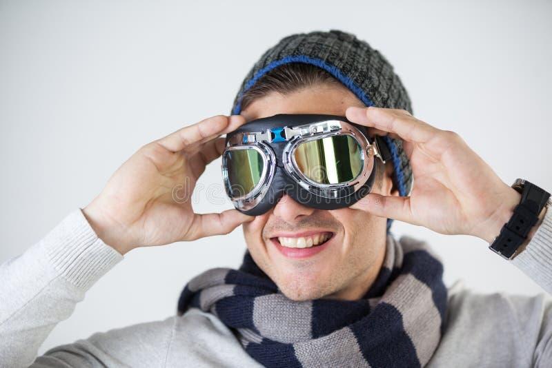 Mężczyzna jest ubranym lotników gogle w zimy odzieży obrazy stock