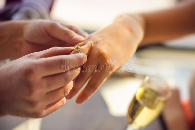Mężczyzna jest ubranym obrączkę ślubną na kobiety ręce obrazy royalty free