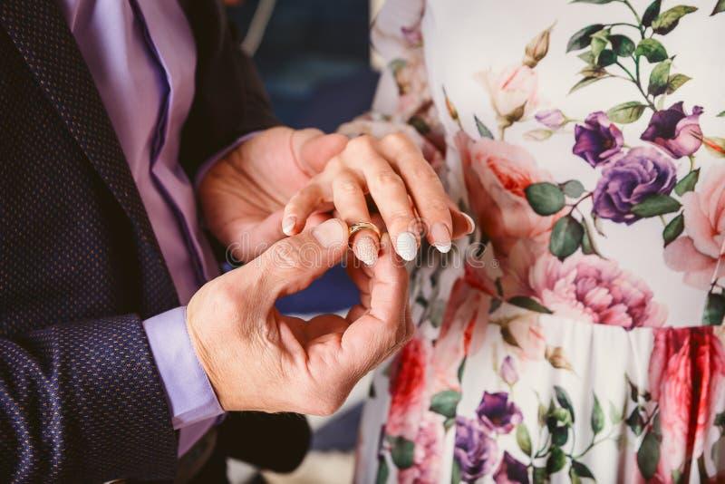 Mężczyzna jest ubranym obrączkę ślubną na palcu panna młoda zdjęcie stock