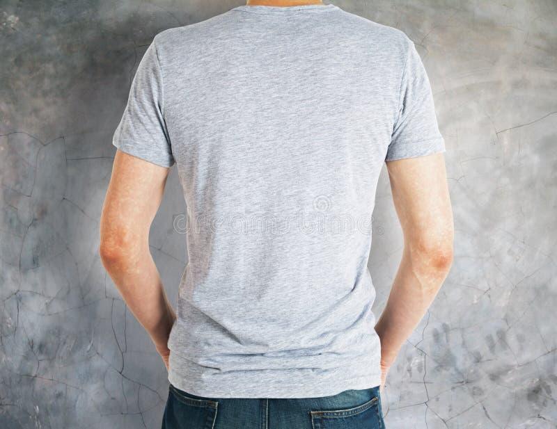 Mężczyzna jest ubranym popielatego koszula plecy zdjęcie stock
