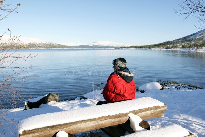 Mężczyzna jeziorem obrazy stock