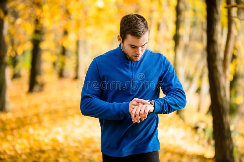 Mężczyzna jogging w naturze i sprawdza puls fotografia royalty free