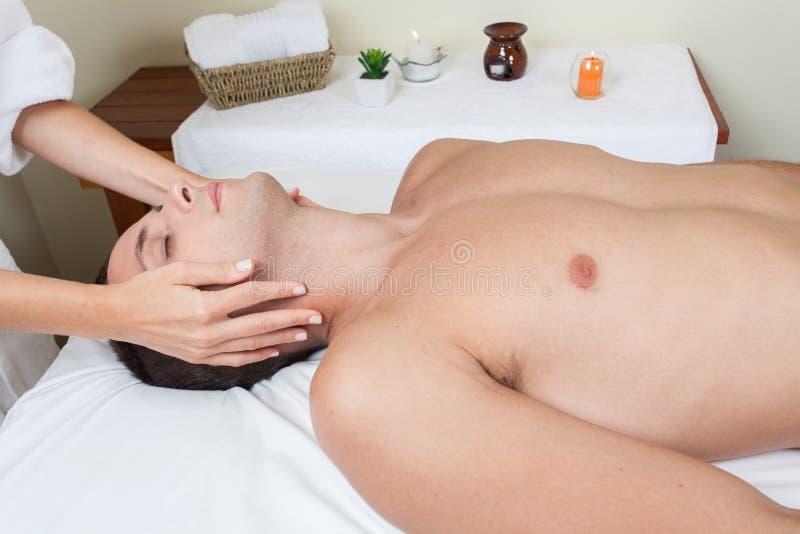 Mężczyzna kłaść dostawanie masaż fotografia royalty free