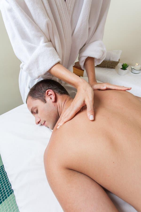 Mężczyzna kłaść dostawanie masaż obraz stock