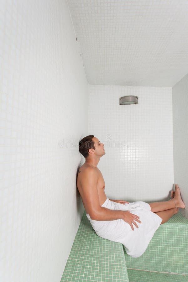Mężczyzna kłaść w sauna fotografia stock
